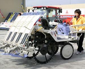 新型の田植え機LV4
